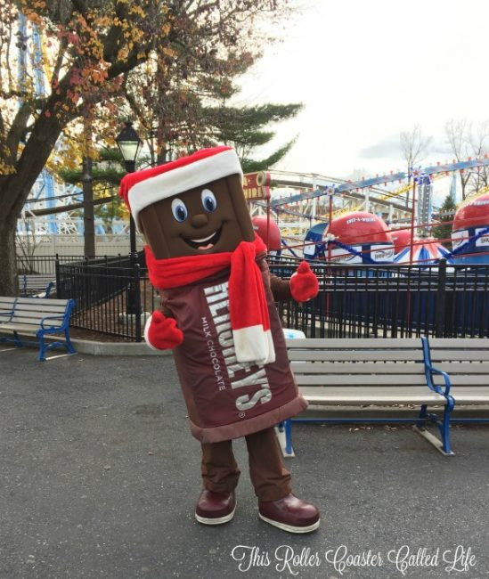 hersheypark-characters-at-christmas